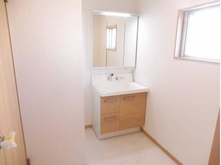 洗面化粧室も広く、忙しい朝には助かります。