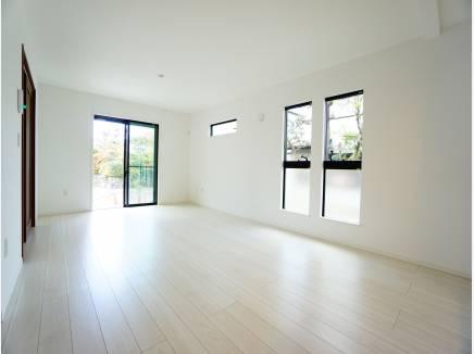 白を基調とした室内。