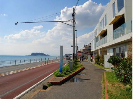 海沿いにはお洒落な飲食店やショップが揃います
