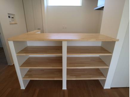 使いやすそうな造作の棚です。