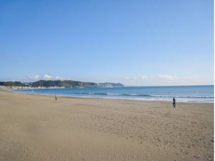駅前を通り約2.8kmの穏やかな由比ガ浜海岸、お散歩に丁度良い♪