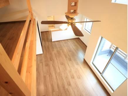 冷暖房の効率化を図るシーリングファン。木製のアームが個性的。