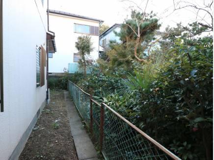 西側はお庭に面しているので、建物の圧迫感がなくていいです。