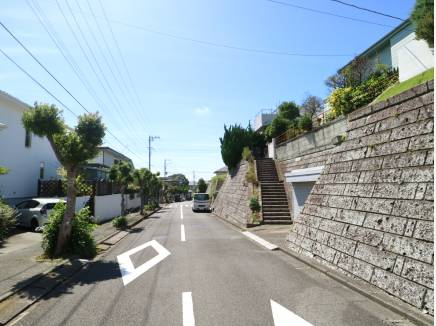 現地前の道路、閑静な住宅街です。