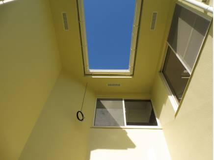 空を望める素敵な中庭スペースです。お外でブランチなども楽しめそう。