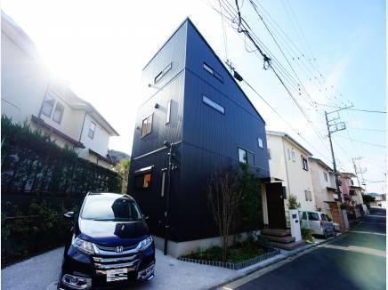 黒ガルバリウムの外壁が目を惹くデザイナーズハウス。
