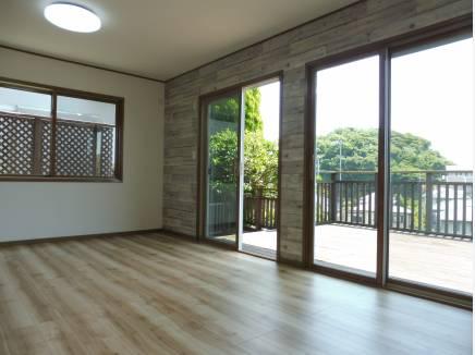 ウッドデッキに繋がるリビング。窓も大きく明るい空間。