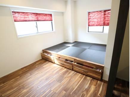 リビング横にはこんなスペースがございます。畳の下は収納です!