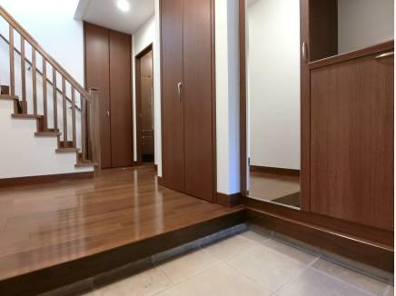 室内はダークブラウンの建具を使用し品のある空間に仕上がっています