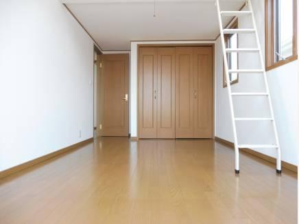 主寝室にはロフトスペースもあり、収納もたっぷり。