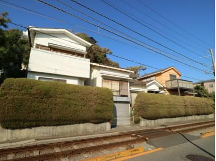 江ノ電線路を渡って敷地内へ