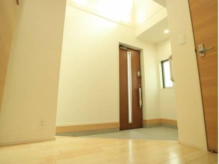玄関ホールは吹き抜けに。明るい光が降り注ぎます。その広さも注目です。