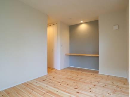 主寝室は約6.7帖。造作のカウンターが便利です♪