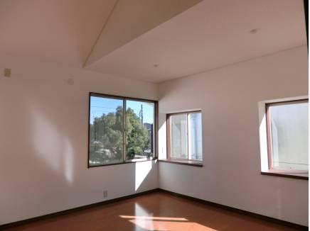 2階8畳の洋室は一部吹き抜け勾配天井になっています