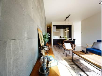 モダンな造りの室内。