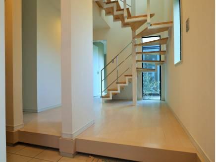 ストリップ階段の先に坪庭を望みます。