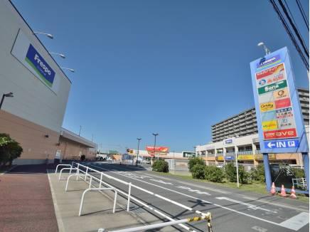 徒歩約2分(約110m)のフレスポ茅ヶ崎、便利なスーパー、ショップが並ぶ。