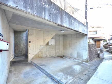 鉄筋コンクリート造の専用車庫です!