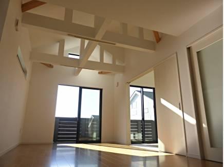 天井の高いリビングは、想像以上の明るさが