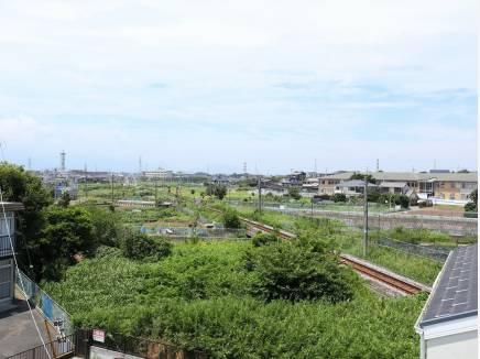 バルコニーからはJR相模線の線路を望みます。