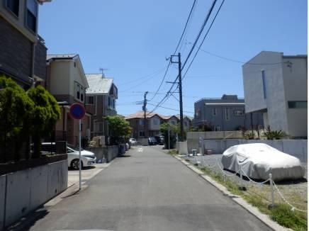 前面道路。整備されたキレイな住宅がです。