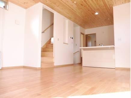 無垢材を使用した居心地の良いLDK。天井にも使用しております。