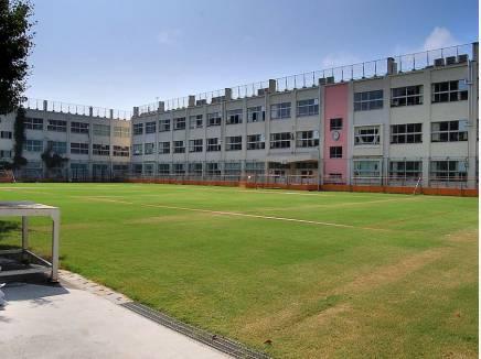 校庭の広い久木小学校(約1.6km:徒歩20分)