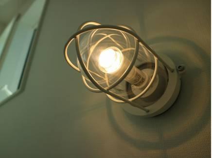 室内灯には部分的に船舶ライトも採用