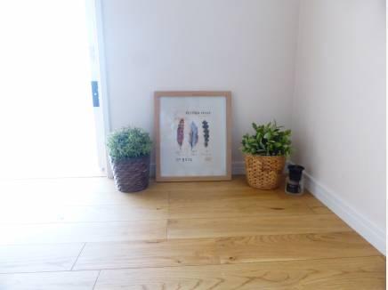 玄関開けてオーク材調の床板が素敵です。