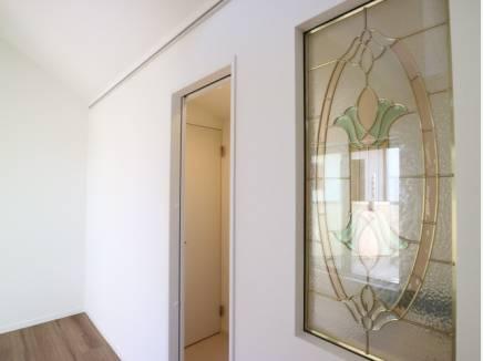 リビング装飾にステンドグラス調のドアを採用