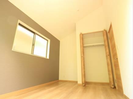 勾配天井は空間にゆとりを生みます。