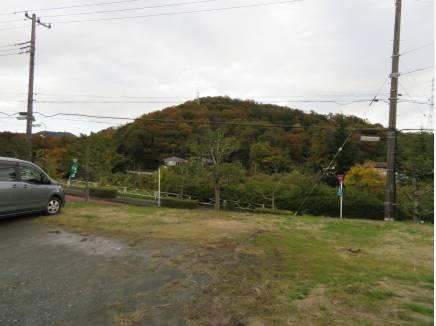 敷地奥からは大磯の山並みが。紅葉が始まるちょっと前でした。