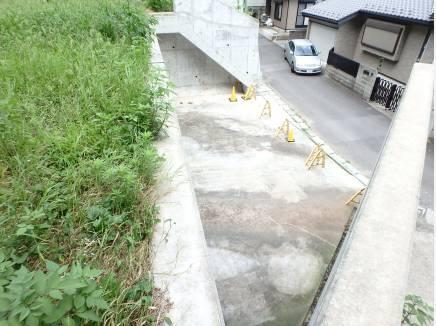 敷地前面には大きなカースペースが。バイク・自転車置き場にも。