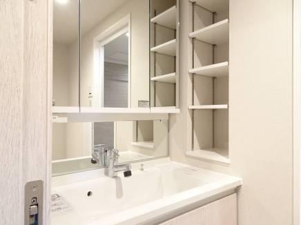ワイドな洗面化粧台は横の収納棚が便利です。