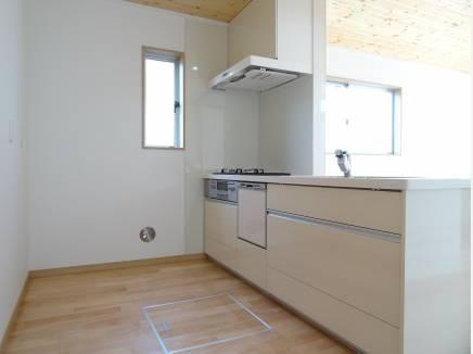食洗機付きのキッチンは奥行きたっぷりのペニンシュラタイプ
