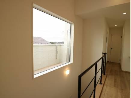 2階の大きな窓からは、山の緑が見える演出。