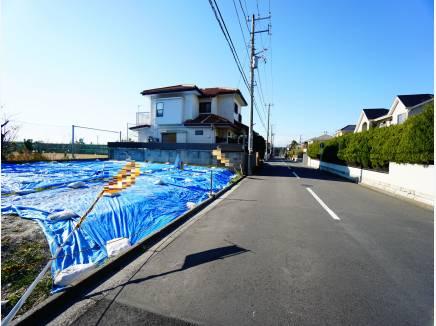 幅員約8mのゆとりのある前面道路。