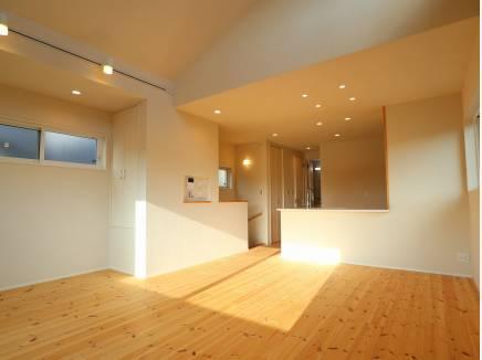 階段やキッチンにまで光が届きます。