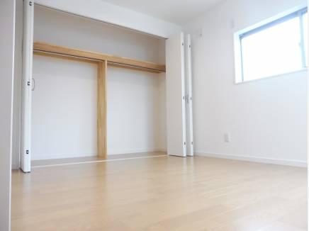 収納も広々とした約5.4帖の洋室。すべてのお部屋に完備しています。