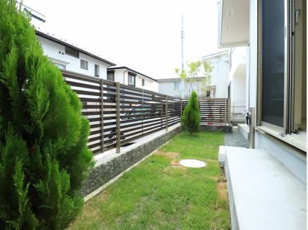 植栽付きのかわいいお庭。外水栓もついてます。
