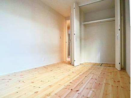 床は全てパイン無垢材を使用。