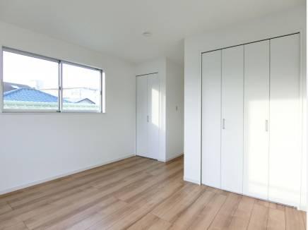 クローゼット2箇所、7帖超の主寝室。ゆとりある設計も魅力