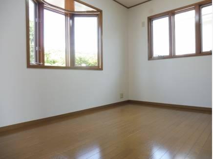 約5.75帖の洋室。2面採光で居心地の良さを味わえます。