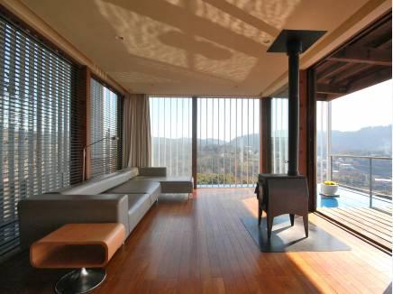 温もり溢れる自然素材の家。暖炉のある暮らし