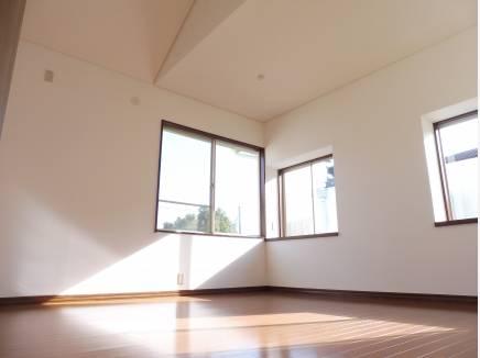 約8帖の勾配天井の主寝室です。開放感のある空間です。