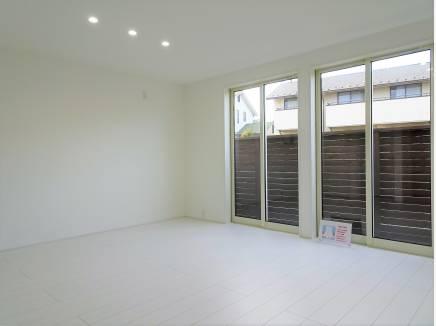 ウッドテラス付きの間仕切り可能な居室