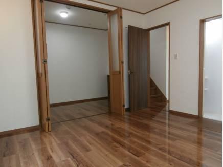 1階洋室8帖間にはウォークインクロゼット、シャワールームも併設。