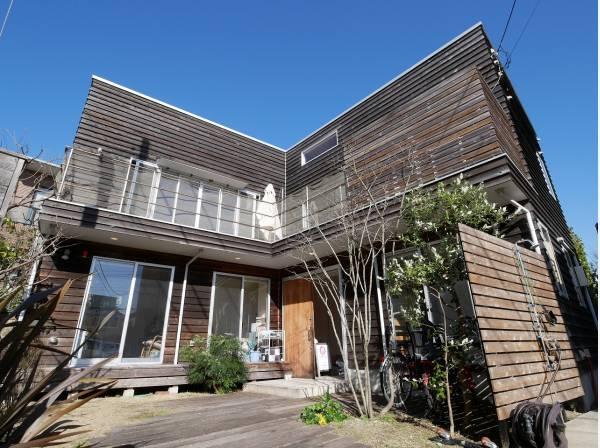 木張り建物が湘南の空に映えます。