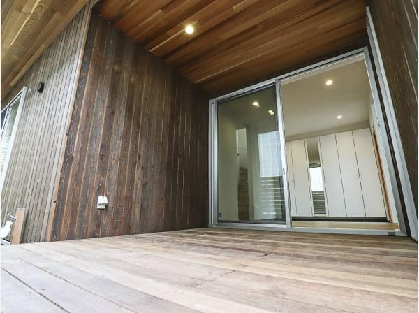玄関ホールの先は広いウッドデッキスペースが出迎えてくれます
