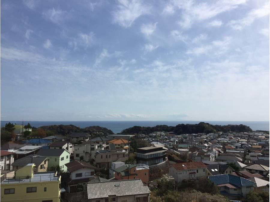 七里ガ浜の街並みの先に広がる海